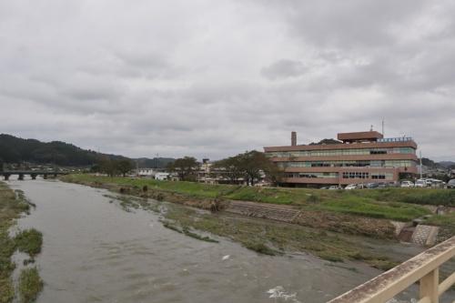 大子(だいご)町の現庁舎。写真手前が久慈川の支流に当たる押川。台風19号による大雨の影響で押川と久慈川から越水し、庁舎の一部が浸水した。撮影は2019年10月14日午前11時20分ごろ(写真:日経 xTECH)