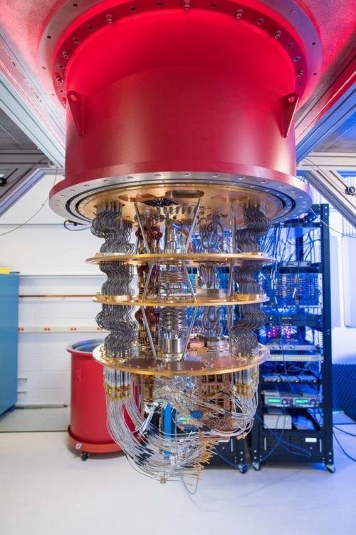 量子プロセッサーを格納した「銀柱」の中身