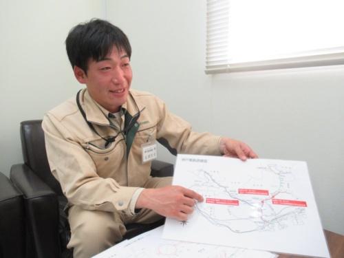西松建設の松岡史也氏。1989年福岡県生まれ。2013年3月に宮崎大学大学院工学研究科土木環境工学専攻を修了後、同年4月に西松建設入社。道路トンネルを担当した後、15年8月から19年3月まで神戸電鉄の現場に配属。19年4月から北幹南福井出張所の工事主任として北陸新幹線の橋梁工事を手掛ける(写真:日経コンストラクション)