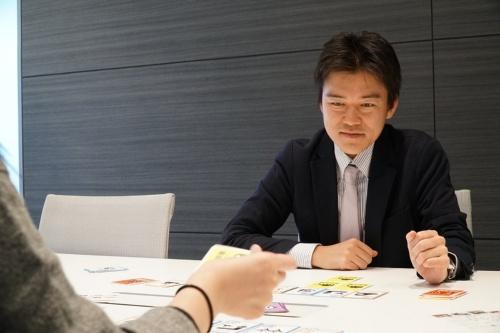 ポケドボで相手の出方を見極めるパシフィックコンサルタンツの光安皓氏。機械工学の学士号を取得後、東京大学大学院で環境学を修了して2011年度に同社へ入社。ビッグデータを用いた交通解析業務などを経て、自動車の自動運転技術を地方に導入する仕組みづくりに携わる。技術士(建設部門)。クラシックカーをはじめとする自動車全般が趣味で、自動車文化検定2級の資格も持つ(写真:日経コンストラクション)