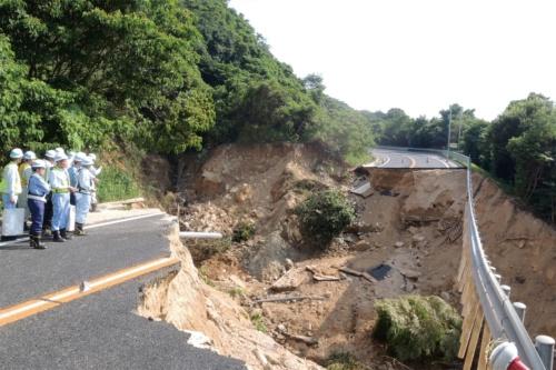 2018年7月の西日本豪雨による広島呉道路の被災箇所の例。土石流で盛り土が崩壊した。大林組は同道路などの復旧工事を担当した(写真:日経コンストラクション)