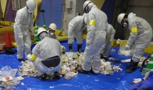 ごみの組成調査の様子。処理施設に集められたごみ袋を開け、中身を紙類やプラスチックなど30種類以上に分類する(写真:八千代エンジニヤリング)