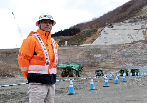 鹿島機械部自動化施工推進室の菅井貴洋氏。1983年宮城県生まれ。2008年3月に東北学院大学大学院工学研究科土木工学専攻を修了し、同年4月に鹿島入社。湯西川ダムや五ケ山ダム、新桂沢ダムなど、主にダムの建設現場を担当。19年3月に自動化施工推進室へ異動し、成瀬ダム建設現場への「クワッドアクセル(A4CSEL)」導入に携わる(写真:日経コンストラクション)