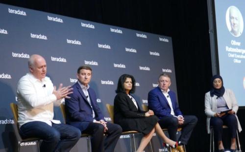 ラッゼスバーガー前CEO(写真一番左、2019年10月に開催した年次イベント「Teradata Universe 2019」にて)