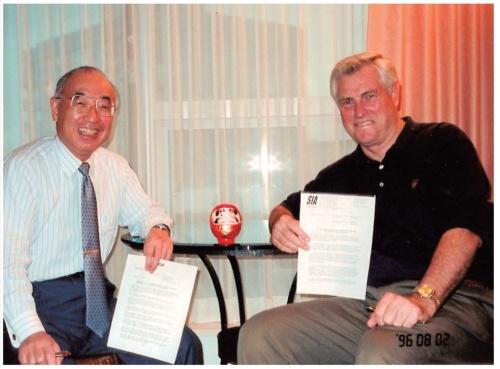 日米半導体協定の失効後の枠組みに関する合意を交わした、牧本氏(左)と米Texas Instruments(TI)社 Vice Chairman(当時)のPat Weber氏(右)。
