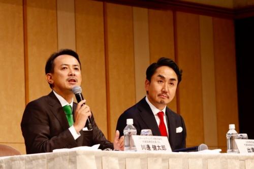 統合発表の会見に臨むZHDの川辺社長(左)とLINEの出沢社長