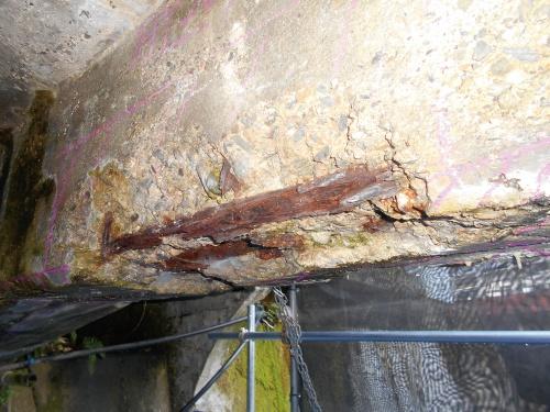 写真2■ コンクリートが剥離し、露出した鉄筋の腐食が進んでいる(写真:東吉野村)