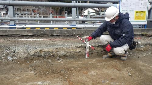 写真3■ 舗装の下の砕石層の高さを測る様子(写真:東吉野村)