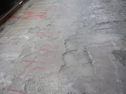 写真1■ 床版の補修工事の現場。舗装を剥がした段階で、雨が降った後に床版を足で踏むと泡が出てきた(写真:橋梁メンテナンス技術研究所)