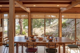 ADDressの家の共用スペース例(左:鎌倉B邸、右:習志野A邸)。共用のダイニングやリビングがワーケーションの場となり、会員同士や家守との交流の場になる(資料:アドレス)