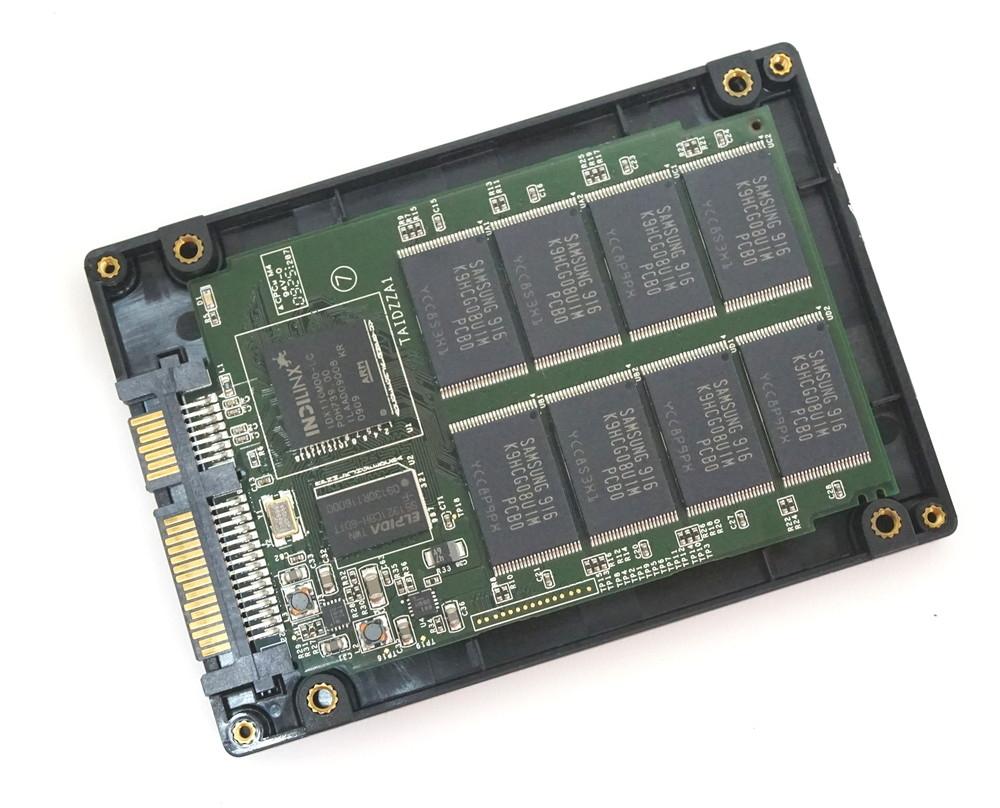 SSDの内部には、コントローラーチップとフラッシュメモリーが組み込まれた基板が入っている (撮影:竹内亮介)
