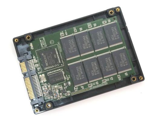 SSDの内部には、コントローラーチップとフラッシュメモリーが組み込まれた基板が入っている