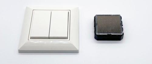 壁面スイッチ(左)とマルチセンサー