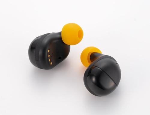外観は完全ワイヤレスイヤホンそのもの。操作ボタンはないが、電池残量などを示すLEDと充電用端子がついている