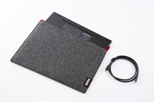 本体の他、持ち運び用のソフトケース、接続用のUSB Type-Cケーブルなどが付属する