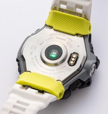 光学式心拍計を搭載する。横にある端子はUSB充電に使用するコネクター。充電用ケーブルが付属する