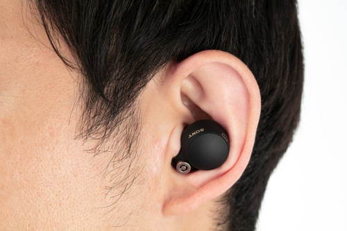 丸みのあるコンパクトな形で、装着しても耳からはみ出しにくい