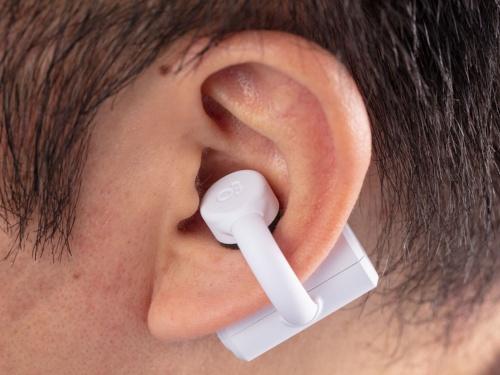 アームを少し押し広げ、耳を前後から挟むようにして装着する。耳たぶを下に引っ張るようにすると装着しやすい