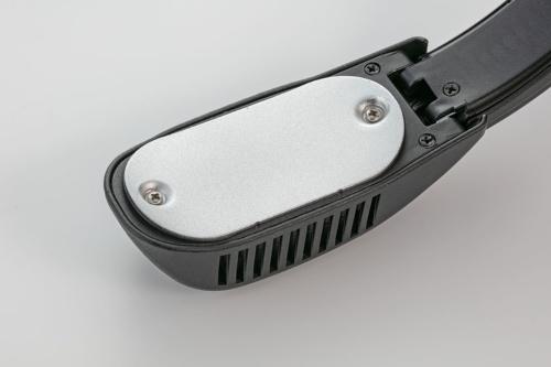 左右のアーム先端に冷却板が付いている。IP33相当の防じん・防滴に対応しており、汗などでぬれても問題ない