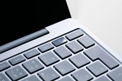 電源ボタンに指紋センサーを内蔵している。指紋認証が必要なときは光る。なお、一番安価な4GB/64GBモデルには指紋センサーは搭載されていない