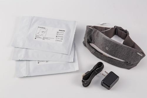 製品には充電用のACアダプターとUSBケーブル、耳の後ろに取り付けるセンサーが付属する