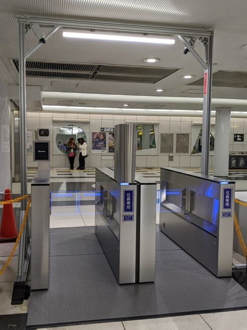 大阪メトロで実験中の顔認証ゲート。その隣ではQRコード改札の実験も行われている