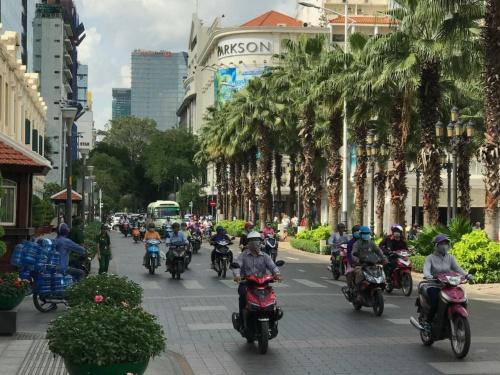 ベトナムのホーチミン市を行き交う大量のバイク