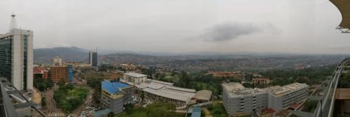 ルワンダの首都キガリ市内で最も眺めがいいスポットの1つといわれるウブムエ・グランド・ホテル(Ubumwe Grande Hotel)のテラスからのパノラマ。写真右下に見える建物が「ホテル・ルワンダ」の舞台となったオテル・デ・ミル・コリン(Hotel des Mille Collines)