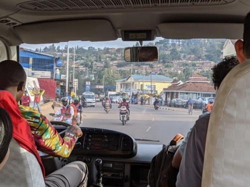 ギガリの道路はよく整備されている。現地の人たちの主要な移動手段は相乗りバイクで、2人乗りのオフロードバイクが縦横無尽に市内を駆け巡っている