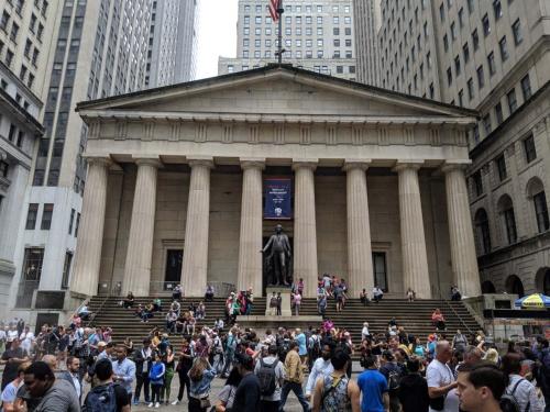仮想通貨の存在は、政府や中央銀行が発行・管理する通貨を前提とした金融システムを揺るがす可能性も秘めている。写真は米国ニューヨークの金融街の中心にあるフェデラルホール