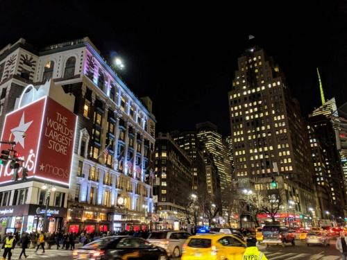 新型コロナ禍突入前の2019年冬の米国ニューヨーク市内にあるヘラルドスクエア周辺の風景