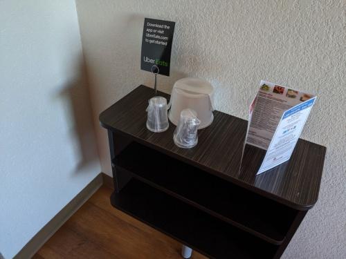 米ロサンゼルス空港そばの格安ホテルに泊まったところ、ホテル内に食堂がない代わりに各部屋にはUber Eats利用を促すカードが立てられていた