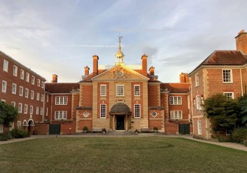 会議はオックスフォード大学最初の女性のためのカレッジであるレディ・マーガレット・ホールカレッジで開催された