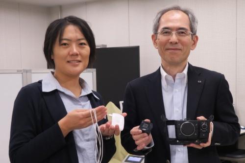 マツダの福井信行車両開発本部車両実研部クラフトマンシップ開発グループマネージャー(右)、米澤麻実シニア・スペシャリスト(左)