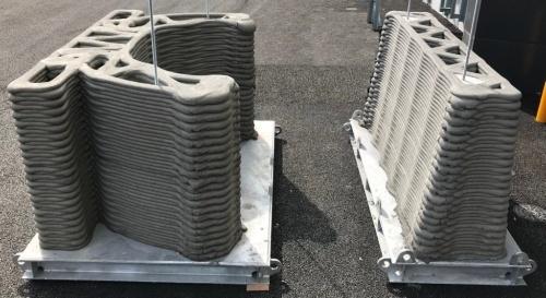 写真1■造形範囲が拡大した実施工用3Dプリンターによる造形例。同社のICI総合センターICIラボの開所式で、高さ約2.8mの喫煙所を製作するデモンストレーションを行った。写真はその一部。中空構造の内部には補強用の鉄筋を挿入している(写真:前田建設工業)