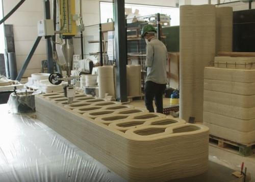 アイントホーフェン工科大学のコンクリート3Dプリンターでモルタルを積層し、橋桁の部材を築く様子。上に見えているのが桁の断面。設計の自由度が高い3Dプリンターの強みを生かし、中空断面を採用した(写真:BAM Infra)