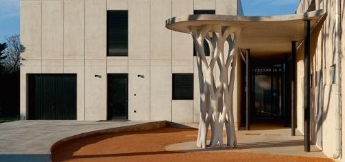 写真2■ フランス南部の都市エクス・アン・プロバンスに位置する中学校の運動場に設けた屋根を支える高さ約4mの構造物。エクストリーの3Dプリンターで築造した(写真:XTreeE)