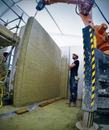 写真5■ サウジアラビアの住宅の壁をプリントする様子。風じんを防ぐために施工現場に仮囲いを設けてある(写真:CyBe Construction)
