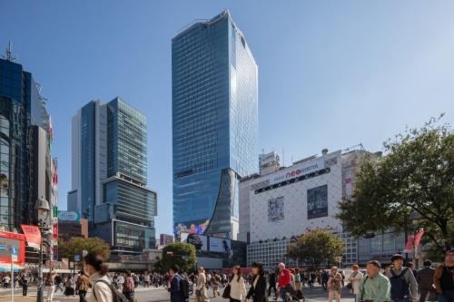 中央が2019年11月に開業した渋谷スクランブルスクエア。隈研吾氏は、第1期(東棟)のデザインアーキテクトとして低層部のデザインを担当(写真:吉田 誠)