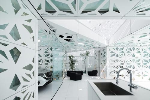 EQ Houseには、リビングやキッチンとモビリティーをつなげた空間をつくった(写真:ナカサアンドパートナーズ)