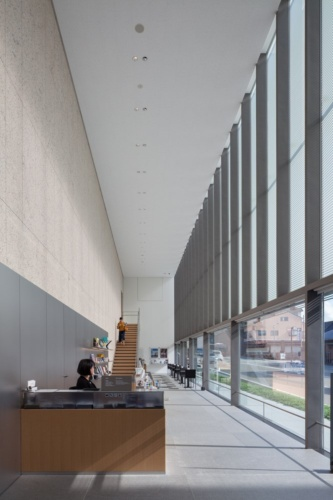 金沢建築館の1階内観。総合案内の奥に、ミュージアムショップやカフェを置き、開口部を街に対して広くとっている(写真:吉田 誠)