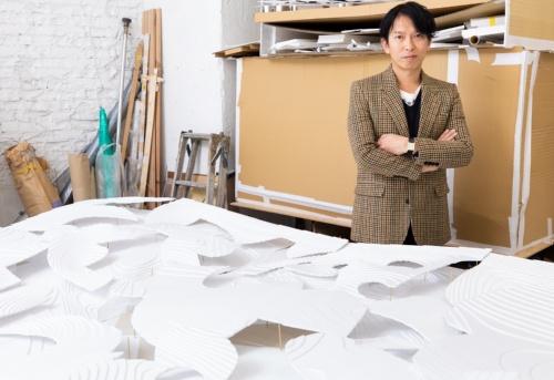 石上純也建築設計事務所主宰の石上純也氏。19年は多くの工事が大詰めを迎え、20年に完成するプロジェクトを多数抱えている(写真:北山 宏一)