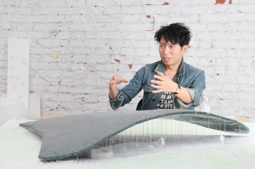 サーペンタインパビリオンの公開直前に、模型を使ってインタビューに答える石上氏(写真:山田 愼二)