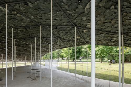薄い石積みを106本の細い柱で浮かせたようなデザインを採用(写真:Serpentine Pavilion 2019 Designed by Junya Ishigami、Serpentine Gallery、London(21 June – 6 October 2019)、(c)Junya Ishigami + Associates、Photography(c)2019 Norbert Tukaj)