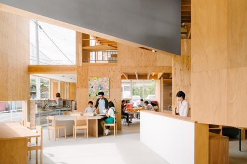 Good Job! Center KASHIBAの南館内部。分節された壁や家具の集積で、人の気配が感じられるひとつながりの空間をつくった(写真:大西麻貴+百田有希/o+h)