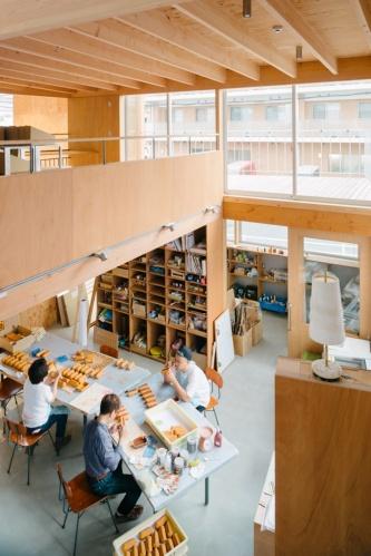 南館1階の工房を見下ろす。自主製品をはじめ、企業や団体との商品開発や、ものづくりワークショップを通して様々なものが生まれる(写真:大西麻貴+百田有希/o+h)