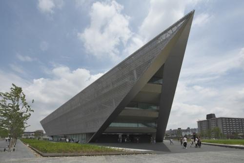 約3600人の学生が学ぶ想定の「追手門学院大学 ACADEMIC-ARK」。1階は一辺50mの正三角形の平面(写真:生田 将人)