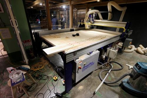 川崎市のVUILD本社に置かれているデジタル木工機械「ShopBot(ショップボット)」。ShopBotを販売展開する際に生じる課題の解決と、元来のVUILDの構想である「建築の民主化」という観点を重ね合わせて「EMARF(エマーフ)」事業を立ち上げた(写真:日経アーキテクチュア)