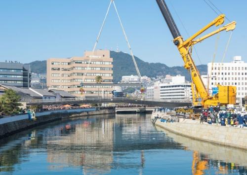 架設中の出島表門橋。施工は大島造船所・久保工業JV。架橋の瞬間を見届けようと、2000人の市民が集まった(写真:大村 拓也)