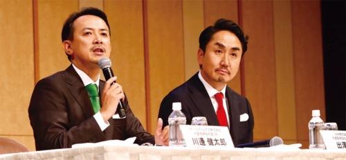 2019年11月18日に開いた統合発表会見に臨んだZホールディングスの川辺健太郎社長(左)とLINEの出沢剛社長。PayPayとLINE Payの巨大陣営が生まれる(写真:村田 和聡)